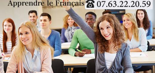Schlerin hebt Hand im Unterricht